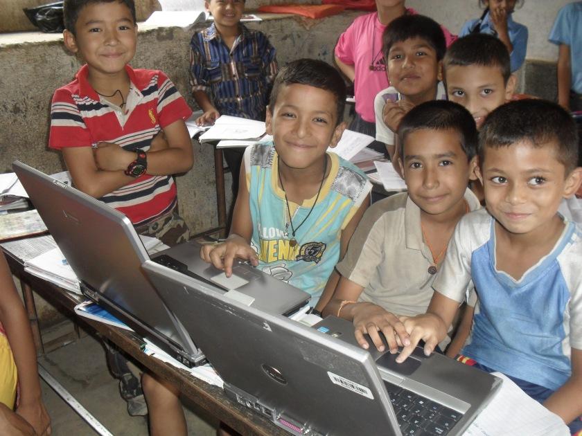 Schulklasse und zwei Laptops